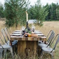 Una tavola decorata con le verdure dell'orto
